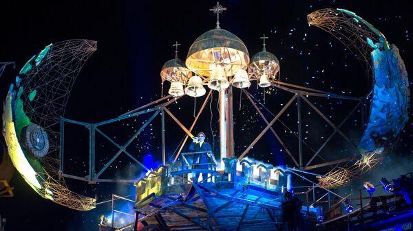 Певец Григорий Лепс выступает во время Кульминации на XXIV Международном Байк-шоу Тень Вавилона у горы Гасфорта под Севастополем.