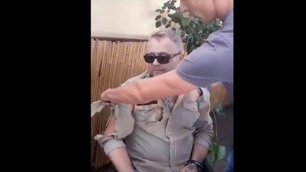 На Украине националисты порезали мужчине одежду из-за российской символики