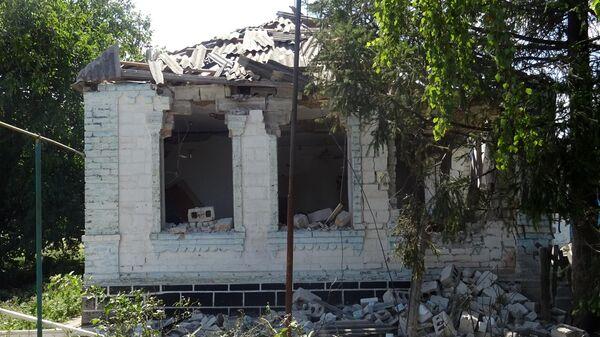 Разрушенный дом в результате обстрела украинскими силовиками в Донбассе