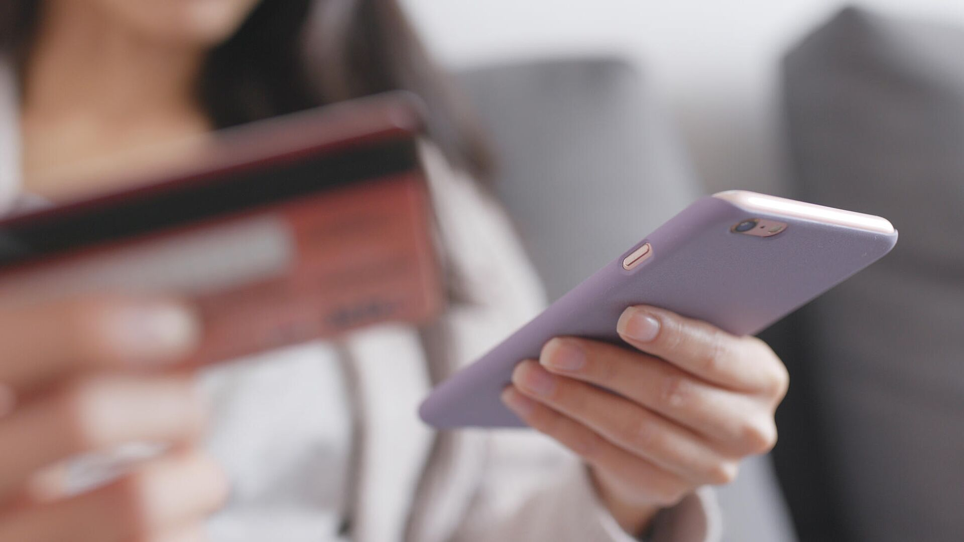 Девушка со смартфоном и банковской картой - РИА Новости, 1920, 02.09.2020