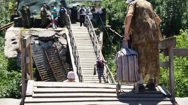 Местные жители на мосту неподалеку от пропускного пункта Станица Луганская