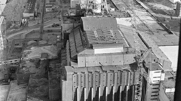 Панорама Чернобыльской атомной электростанции с саркофагом на переднем плане