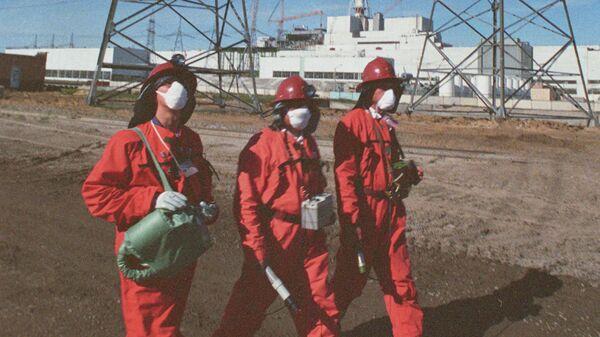 Дозиметристы замеряют уровень радиации на территории Чернобыльской АЭС