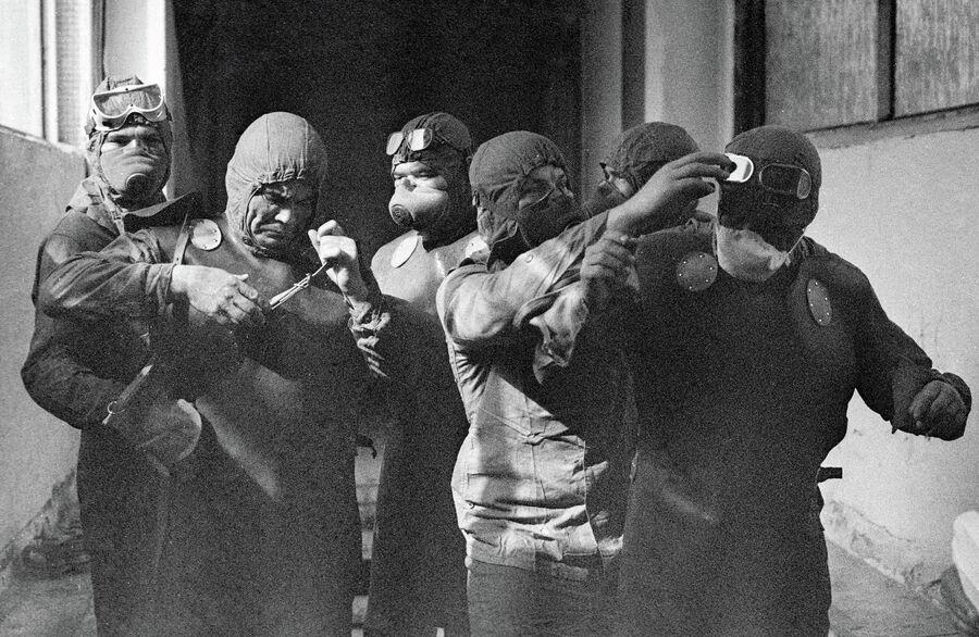 Группа ликвидаторов готовится выйти на крышу реактора Чернобыльской атомной электростанции после катастрофы