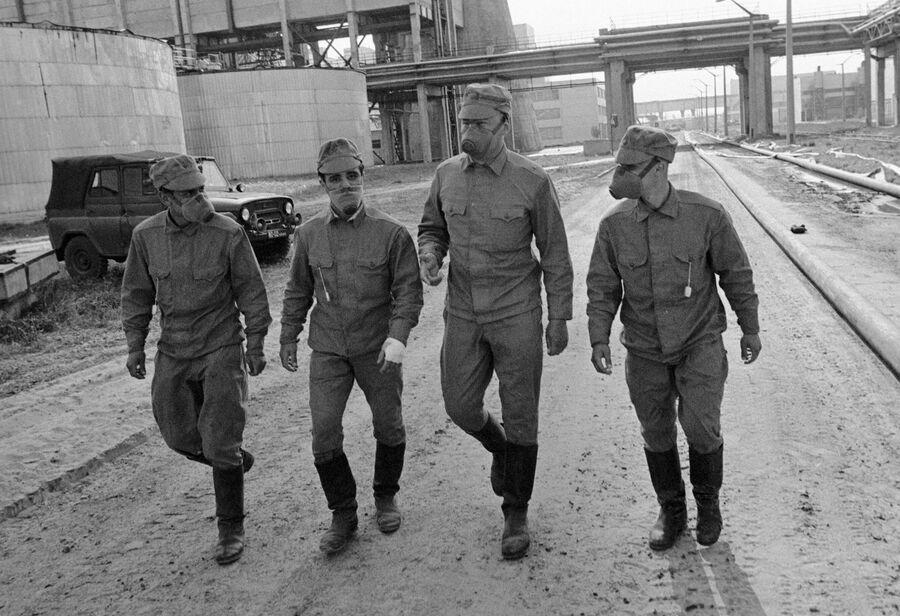 Члены подразделения, занимающегося дезактивацией территории Чернобыльской атомной электростанции, направляются на объект