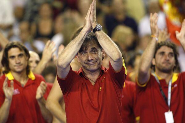 Капитан сборной испании по теннису Эмилио Санчес-Викарио после победы своей команды в финале Кубка Дэвиса