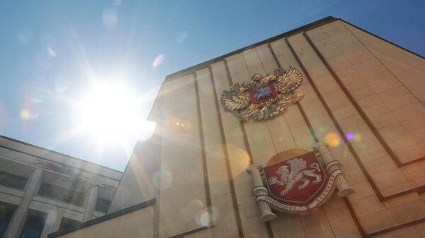 Государственный герб Российский Федерации на фасаде здания Госсовета Республики Крым в Симферополе