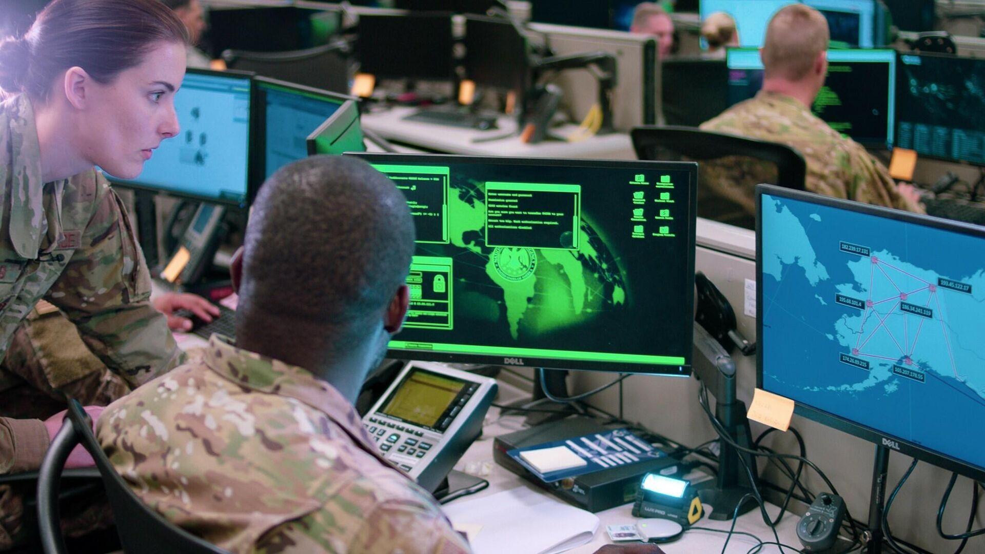 Сотрудники эскадрильи сетевых операций базы ВВС США Лекленд во время учений по отражению кибератак - РИА Новости, 1920, 08.03.2021