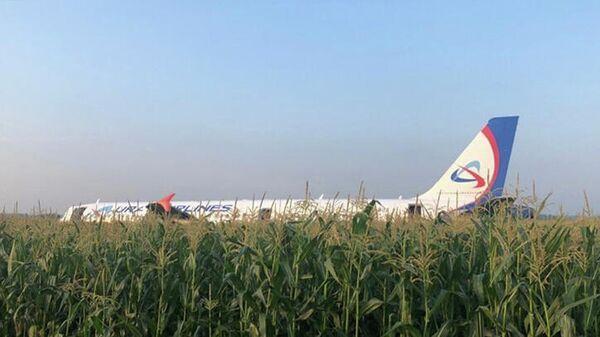 Самолет Airbus А-321 авиакомпании Уральские авиалинии после жесткой посадки в Жуковском