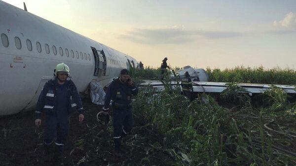Самолет Airbus А-321 авиакомпании Уральские авиалинии после аварийной посадки в Жуковском