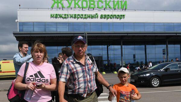 Пассажиры самолета А-321 авиакомпании Уральские авиалинии, который совершил аварийную посадку в Подмосковье