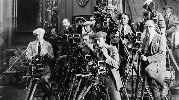 Съемочная группа с кинокамерами