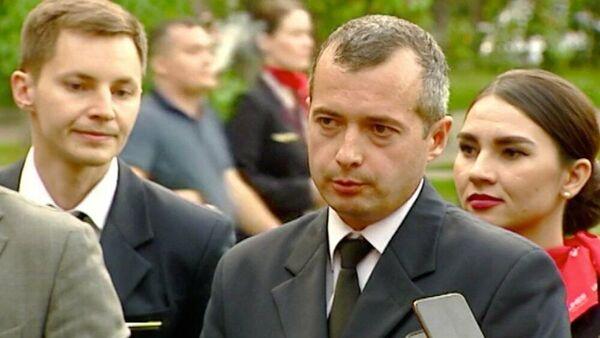 Командир лайнера Airbus А321 Дамир Юсупов во время общения с журналистами членов экипажа самолета авиакомпании Уральские авиалинии, совершившего жесткую посадку в поле у аэропорта Жуковский