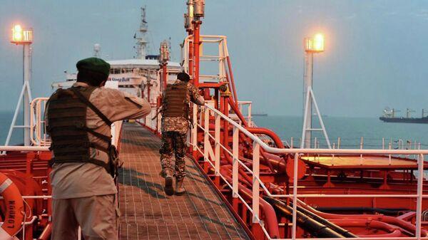 Иранские военнослужащие проверяют британский танкер Stena Impero, захваченный в Ормузском проливе