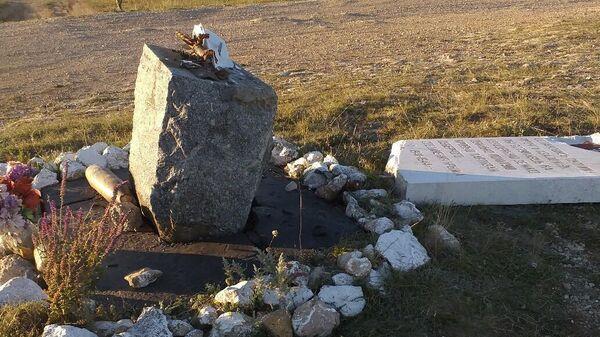 Разрушенный памятник партизанам Северного соединения в Симферопольском районе Крыма