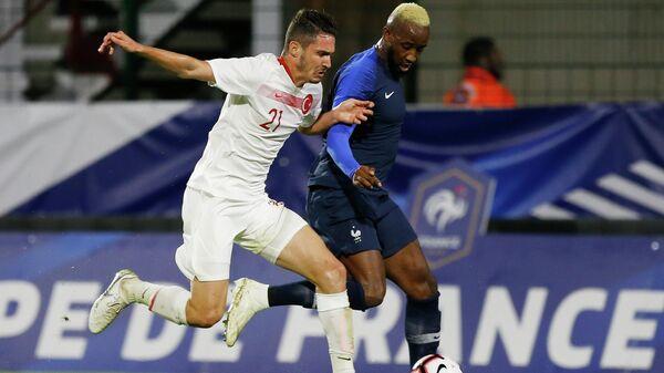 Защитник сборной Турции Мерт Четин (слева) и нападающий сборной Франции и Усман Дембеле