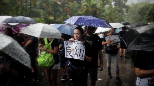 Учителя во время демонстрации возле резиденции главы администрации Кэрри Лэм в Гонконге. 17 августа 2019