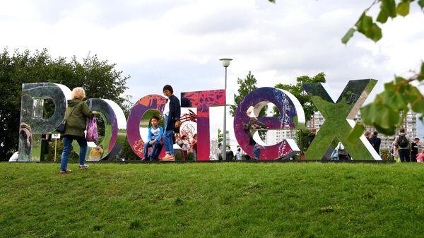 Посетители в Братеевском каскадном парке Москвы, где проходит международный фестиваль фейерверков Ростех