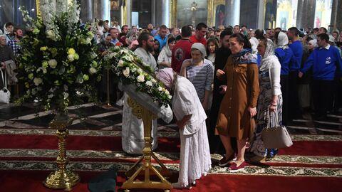 Верующие во время всенощного бдения накануне праздника Преображения Господня в Казанском кафедральном соборе в Санкт-Петербурге