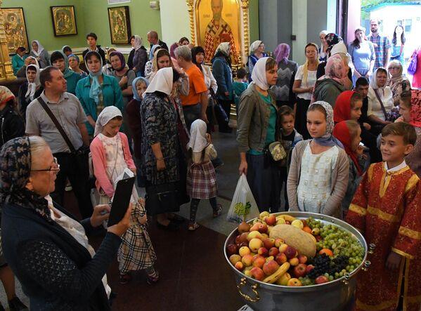 Верующие на богослужении празднику Преображения Господня в Покровском кафедральном соборе Владивостока