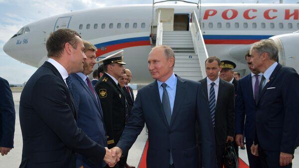 Президент РФ Владимир Путин во время церемонии встречи в аэропорту Марселя