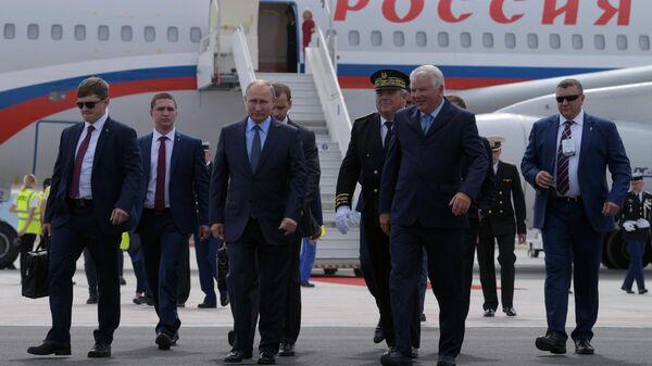 Владимир Путин во время церемонии встречи в аэропорту Марселя
