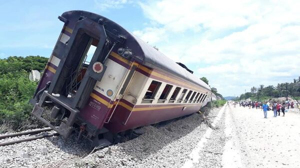 Шесть вагонов пассажирского поезда, сошедшие с рельсов в районе станции Ча-Ам