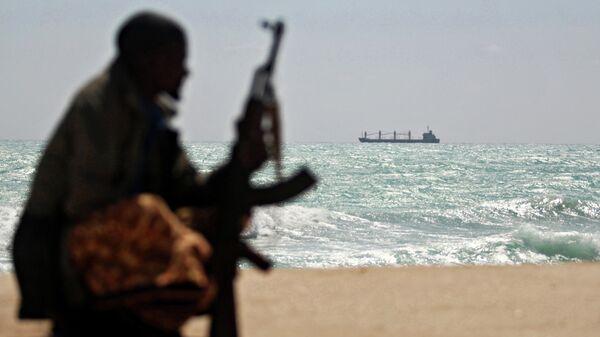 Вооруженный пират на берегу океана