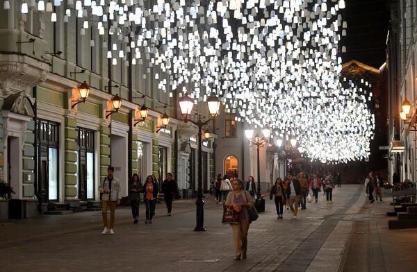 Люди прогуливаются по Столешникову переулку в Москве