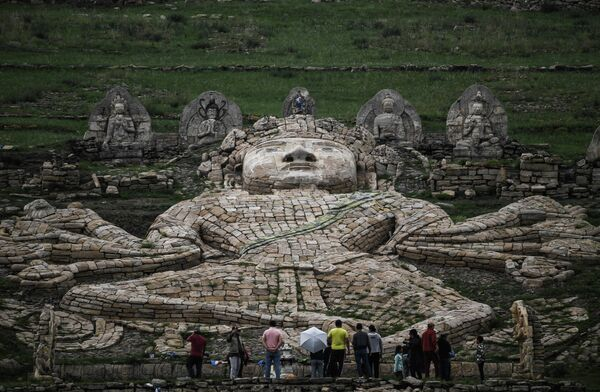 Посетители у Буддийского Комплекса Их Бурхант в провинции Дорнод.