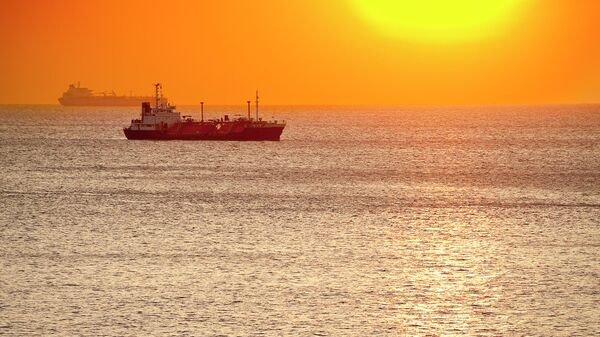 Грузовые корабли в море