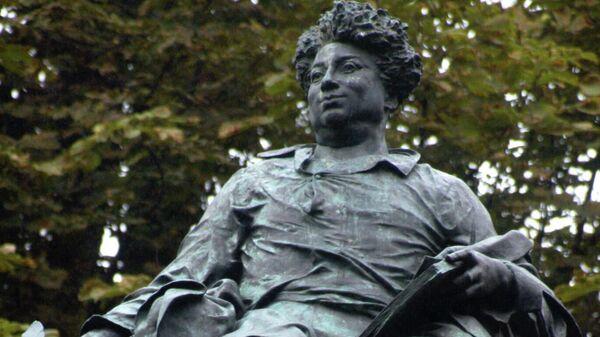 Фрагмент памятника французскому писателю Александру Дюма в Париже