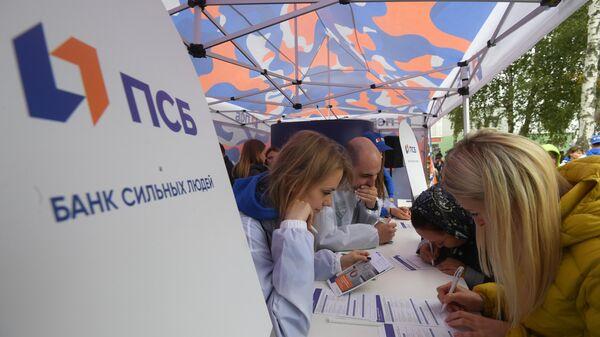 Посетители соревнований Танковый биатлон V Армейских международных игр-2019 у шатра ПСБ банка