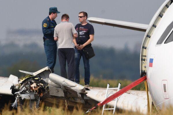 Работы по эвакуации самолета Airbus А321 авиакомпании Уральские авиалинии с места происшествия в районе деревни Рыбаки в Раменском районе Московской области