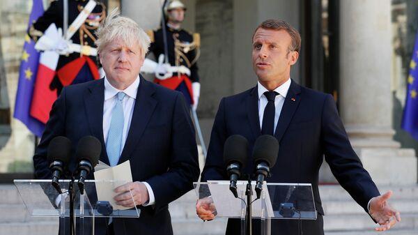 Президент Франции Эммануэль Макрон и премьер-министр Великобритании Борис Джонсон во время встречи в Париже