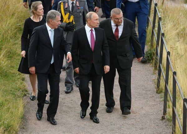 Президент РФ Владимир Путин и президент Финляндской Республики Саули Ниинистё во время посещения морской крепости Свеаборг, расположенной на островах Балтийского моря недалеко от Хельсинки