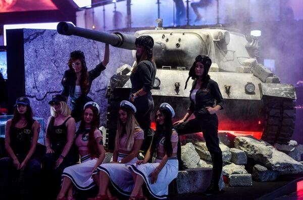 Девушки на ежегодной выставке компьютерных игр Gamescom в Кельне