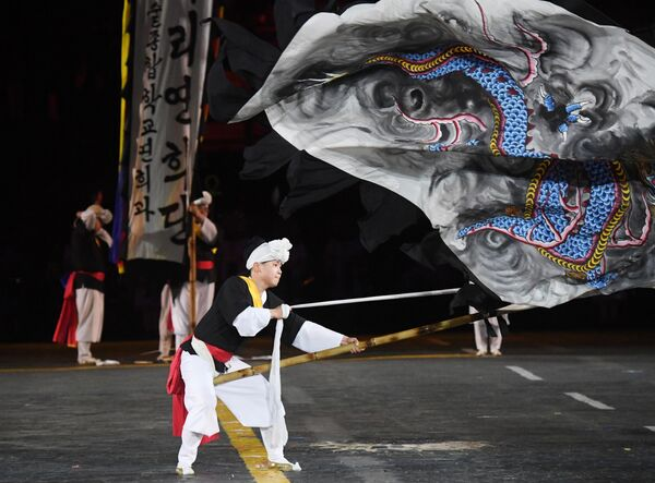 Южнокорейский ансамбль Хан-нури (Единый мир) на репетиции парада участников Международного военно-музыкального фестиваля Спасская башня на Красной площади в Москве