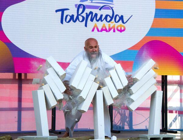 Показательное выступление мастера по тамэсивари во время мастер-класса Российского союза боевых искусств по карате-кёкусинкай в рамках фестиваля творческих сообществ Таврида-АРТ в бухте Капсель в Судаке