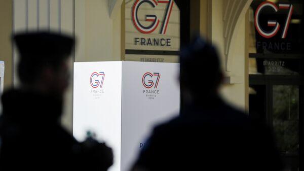 Французские полицейские в Биаррице перед началом саммита G7