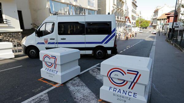 Полицейский автомобиль в Биаррице перед началом саммита G7