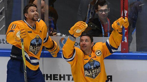 Зак Бойчак (слева) и Илья Ковальчук во время мастер-шоу Звезд Континентальной хоккейной лиги в рамках 10-го Матча звезд КХЛ в Астане.