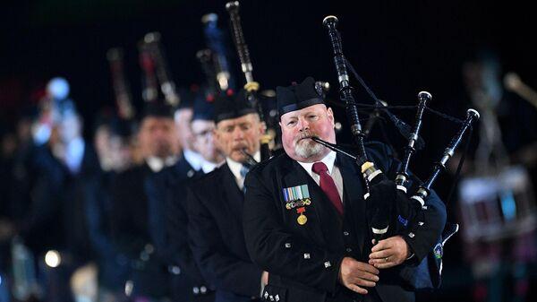 Международный кельтский оркестр волынок и барабанов на торжественной церемонии открытия XII Международного военно-музыкального фестиваля Спасская башня на Красной площади в Москве