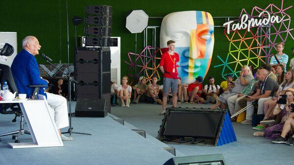 Кинорежиссёр и актёр Никита Михалков во время авторского мастер-класса на территории фестиваля творческих сообществ Таврида-АРТ в бухте Капсель в Судаке. 23 августа 2019