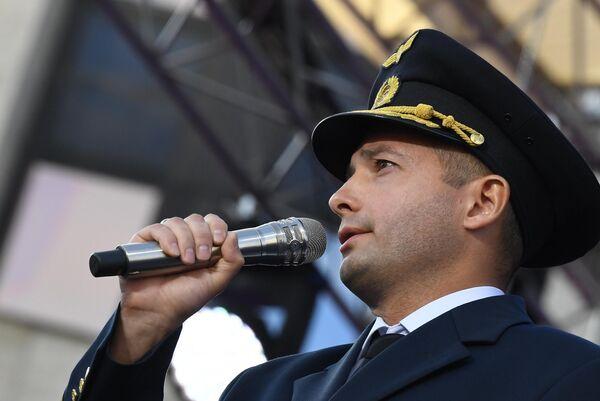 Командир аварийно севшего в поле лайнера Airbus А321 авиакомпании Уральские авиалинии Дамир Юсупов выступает на митинге-концерте на проспекте Сахарова в Москве в честь Дня государственного флага РФ