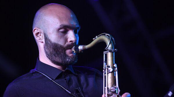 Джазовый музыкант, основатель оркестра SG BIG BAND Сергей Головня во время выступления на 17-м международном музыкальном фестивале Koktebel Jazz Party в Крыму