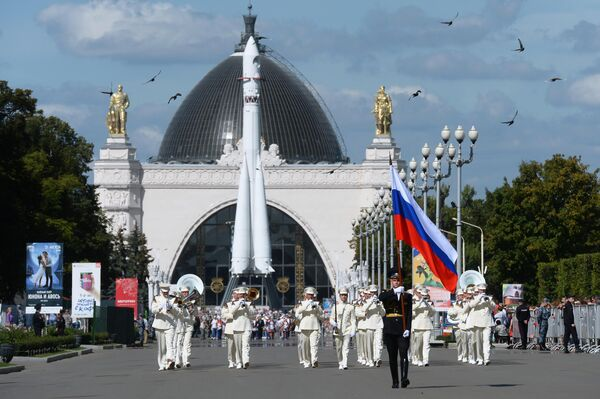 Президентский оркестр Службы коменданта Московского Кремля Федеральной службы охраны РФ во время торжественного шествия участников фестиваля Спасская башня на ВДНХ