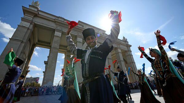 Оркестр Азербайджанского высшего военного училища имени Гейдара Алиева во время торжественного шествия участников фестиваля Спасская башня на ВДНХ