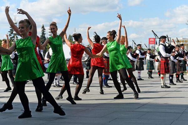 Международная команда кельтских танцев во время торжественного шествия участников фестиваля Спасская башня на ВДНХ
