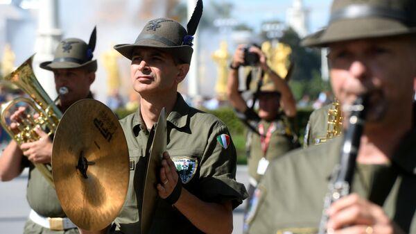 Оркестр альпийских стрелков Тридентина во время торжественного шествия участников фестиваля Спасская башня на ВДНХ